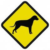 Śmieszne znaki drogowe ze zwierzętami (pies)